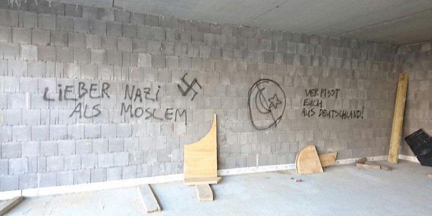 Almanya'da cami inşaatına saldırdılar
