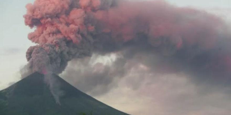Subhanallah: Japonya'da yanardağ 11 bin metre yukarı püskürdü