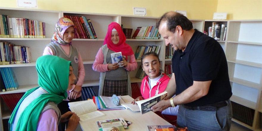 Emekli oldu, 13 okula 50 bin eserli kütüphane kurdu