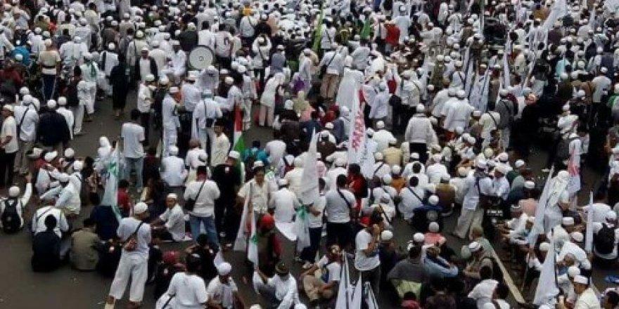 Kur'an'la dalga geçen valiye karşı sokağa döküldüler