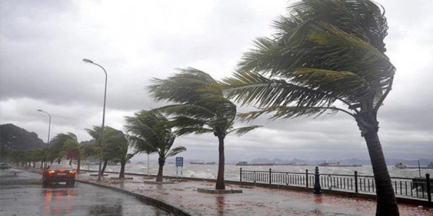 Subhanallah: Antalya'daki fırtına ile otobüs bile devrildi