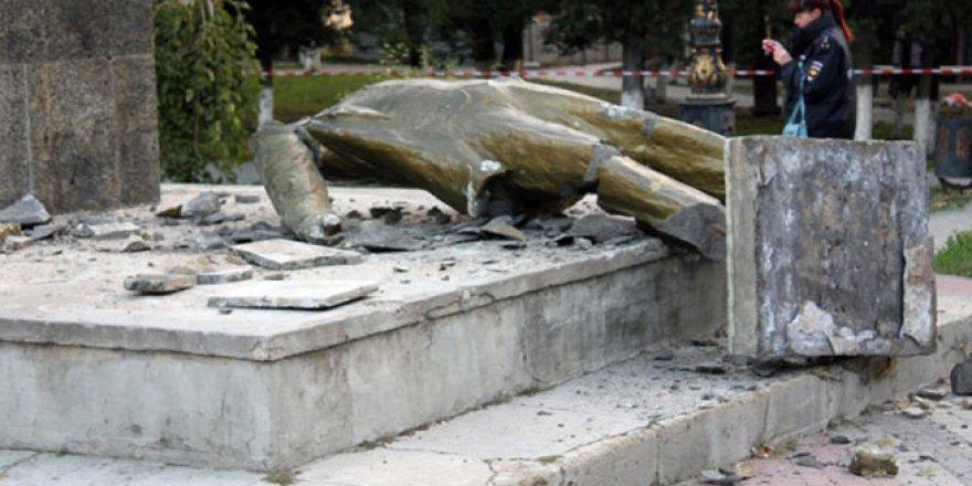 Ukrayna'da bir Lenin heykeli daha söküldü