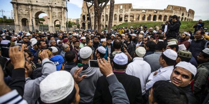 Romalı Müslümanların tarihi mekandaki protesto namazı