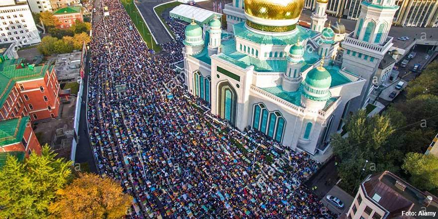 Moskova'da Müslümanlar camilere sığmadı namazı sokaklarda kıldı