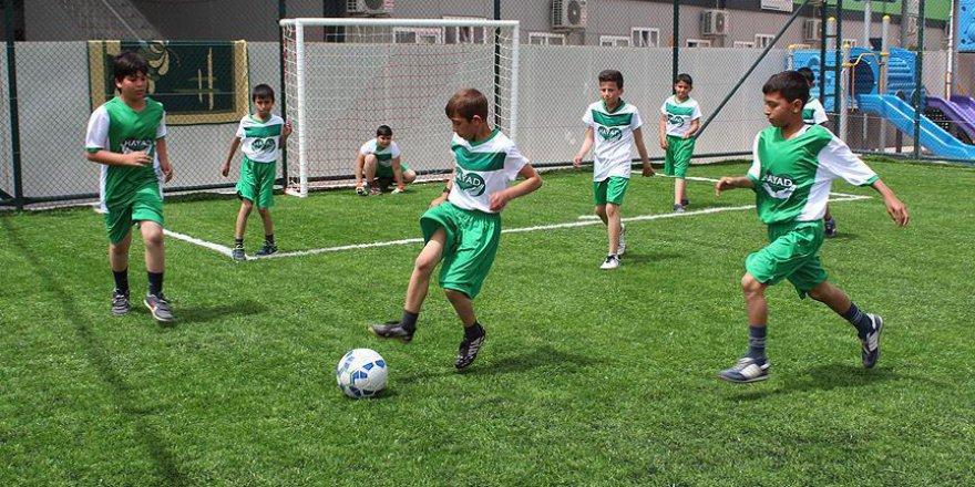 Mehmet Topal'dan Suriyeli çocuklara halı saha
