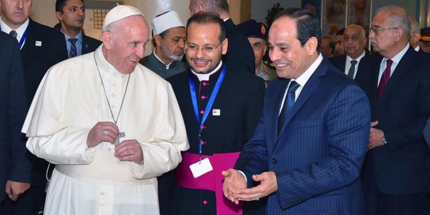 Papa ile darbeci Sisi arasından su sızmıyor!