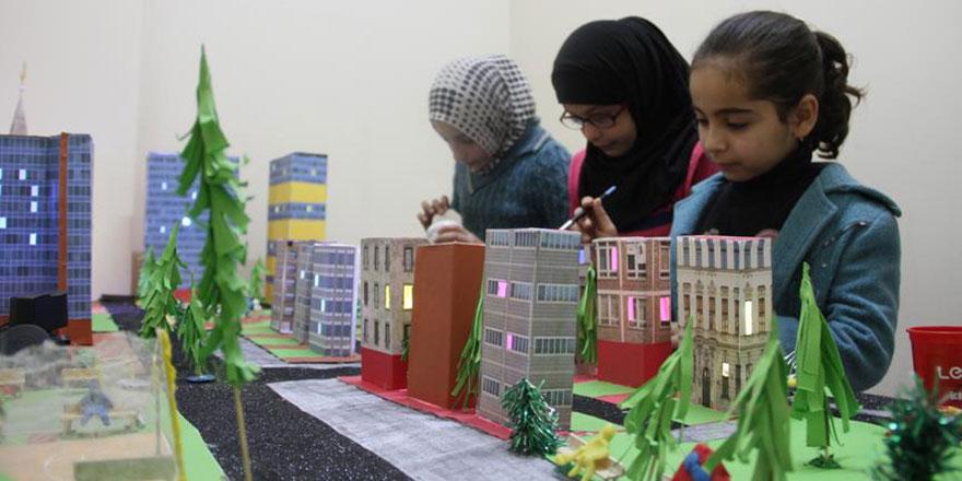 Minikler Suriyeliler memleket hasretini inşa etti