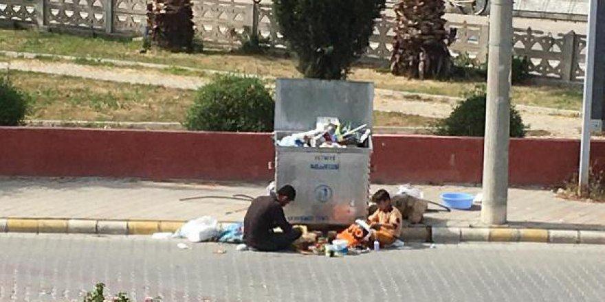 Çöpün önündeki Suriyeliler'in fotoğrafı gündem oldu