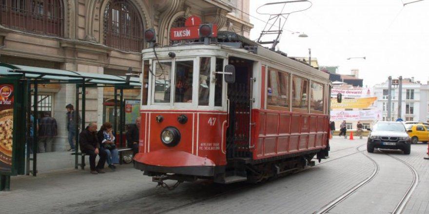 Taksim-Tünel tramvayı için raylar döşeniyor