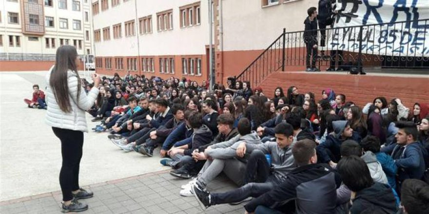 Okullarının kapatılmaması için oturma eylemi yaptılar
