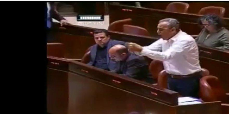 Filistinli Arap vekil İsrail meclisinde yasa tasarısını parçaladı