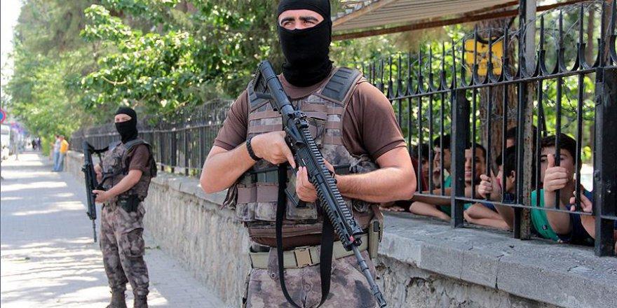 Okulların çevresindeki denetimlerde aranan 253 kişi gözaltına alındı