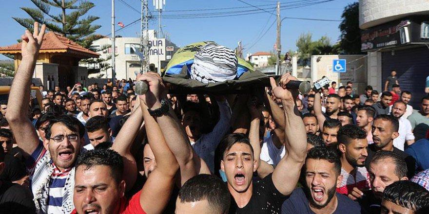 İsrail askerlerinin öldürdüğü Filistinli genç toprağa verildi