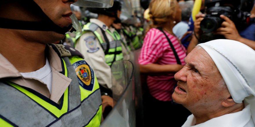Venezuela'da yaşlılar sokağa döküldü