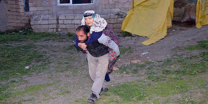 Yatağa bağımlı annesini sırtında taşıyor