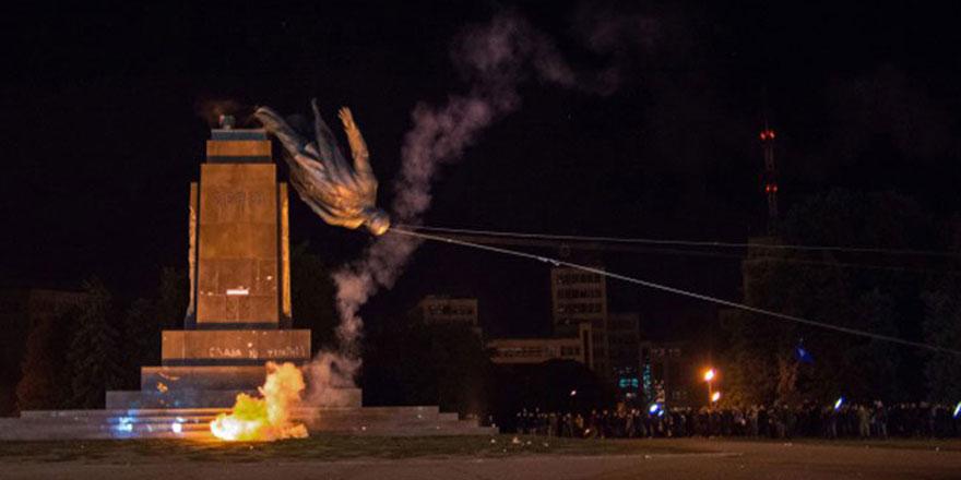 Son Lenin heykeli ile birlikte toplam üç bin heykeli yıktılar