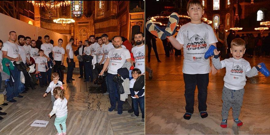 Ayasofya camiine ayakkabı ile girilmez eylemi gerçekleştirildi