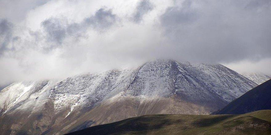 Ağrı ve Ardahan'ın yüksek kesimlerine mayıs sonu kar yağdı