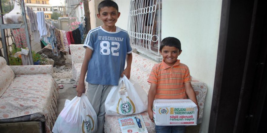 İHH'dan çocuklara Ramazan paketi