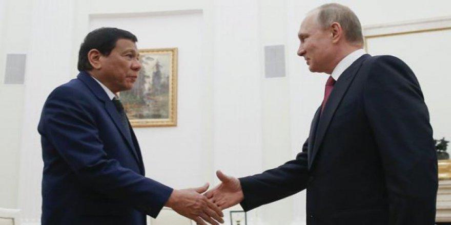 Sıkıyönetim ilan eden Duterte Putin'den silah istedi