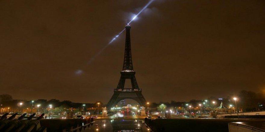 Paris'in simgesi karartıldı