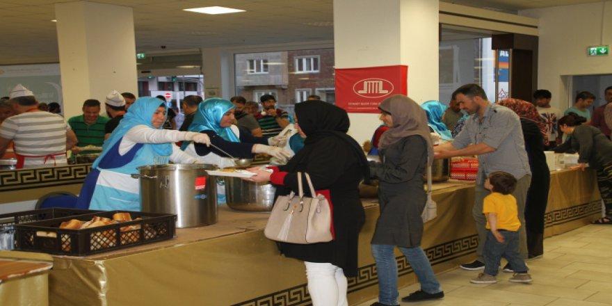 Almanya'da toplu iftar verilen camilere büyük ilgi