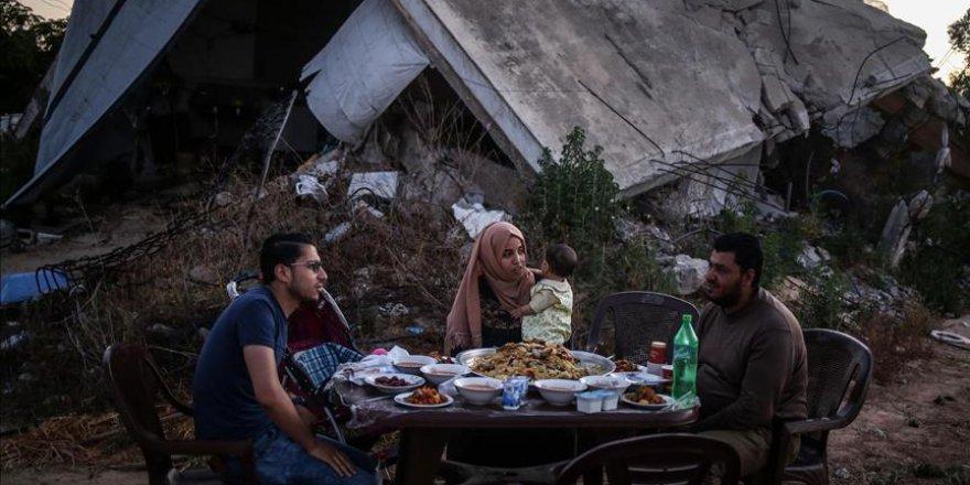 Gazze'de enkazın ortasında iftar
