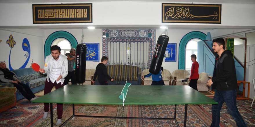 İmam, caminin alt katını gençlik merkezine dönüştürdü