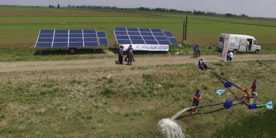 Çiftçiler için taşınabilir güneş enerjili sulama sistemi üretti