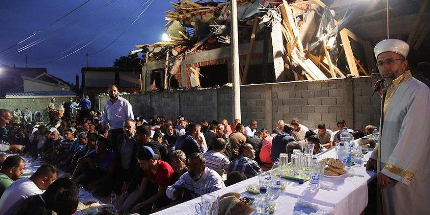 Sırbistan'da yıkık mescit inşaatı önünde iftar