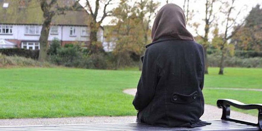 Müslüman kız öğrenciye kelepçe takıp başörtüsünü çıkardı