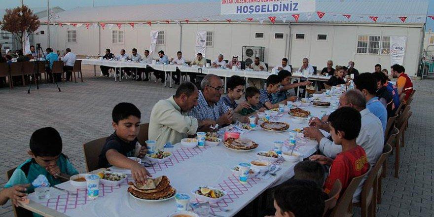 Protokole Suriyelileri oturtup 25 bin kişiye iftar verdiler