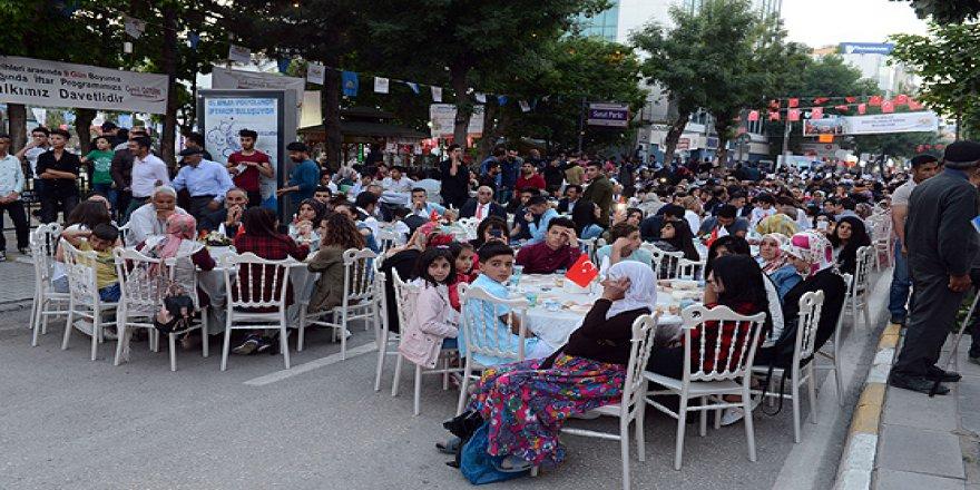 Van ve Adıyaman'da binlerce kişi iftar sofrasında buluştu