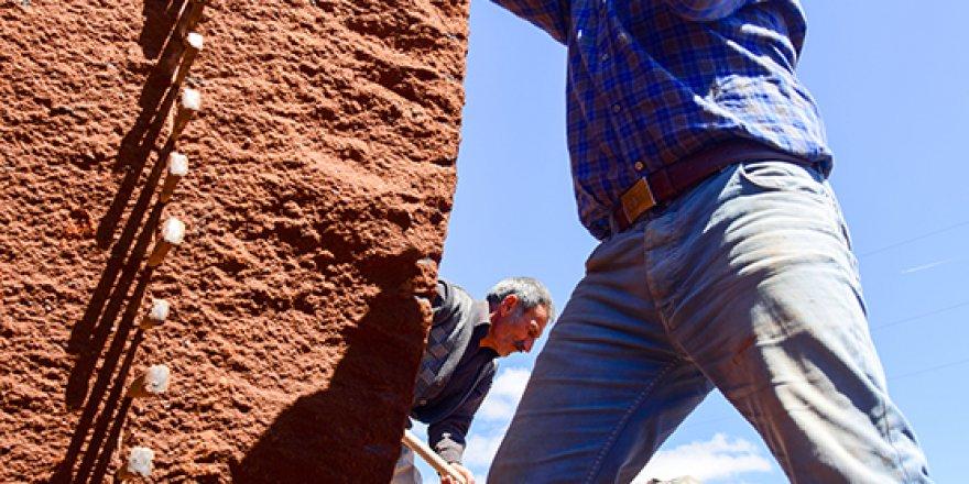 Taş işçileri oruç ve sıcağa rağmen 12 saat balyoz sallıyor