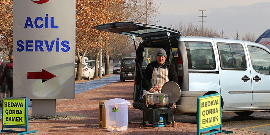 Güzel yürekli insanlar: Hastane önünde ücretsiz çorba dağıtıyor