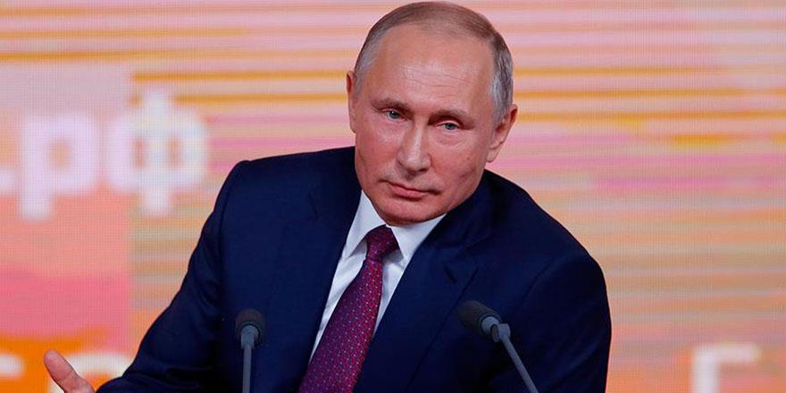 Putin, Fox News sunucusunun uzattığı kağıdı almadı