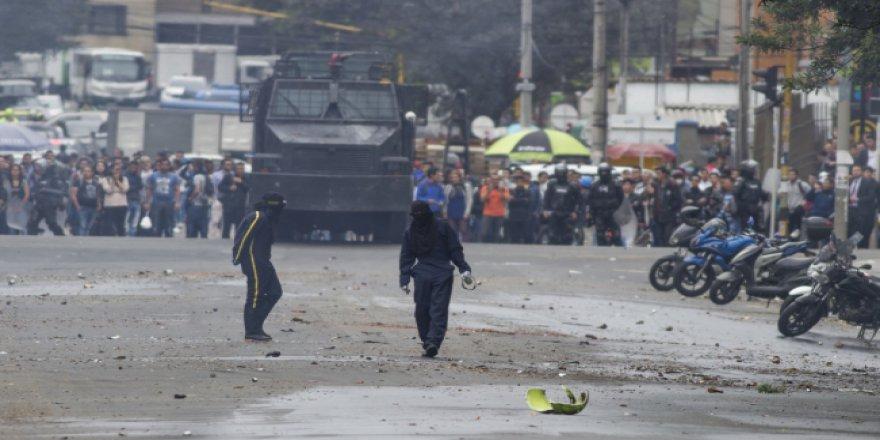 Kolombiyalı öğrenciler sokaklardan ayrılmıyor
