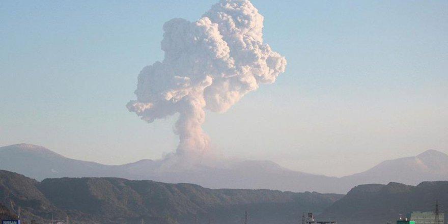 Japonya'da Shinmoe Yanardağı 4.5 km yukarı patladı