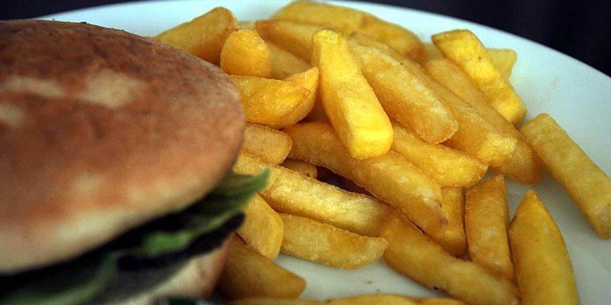 Ünlü Fast-Food zincirinde skandal: Fareler ekmeklerin üzerinde geziyor