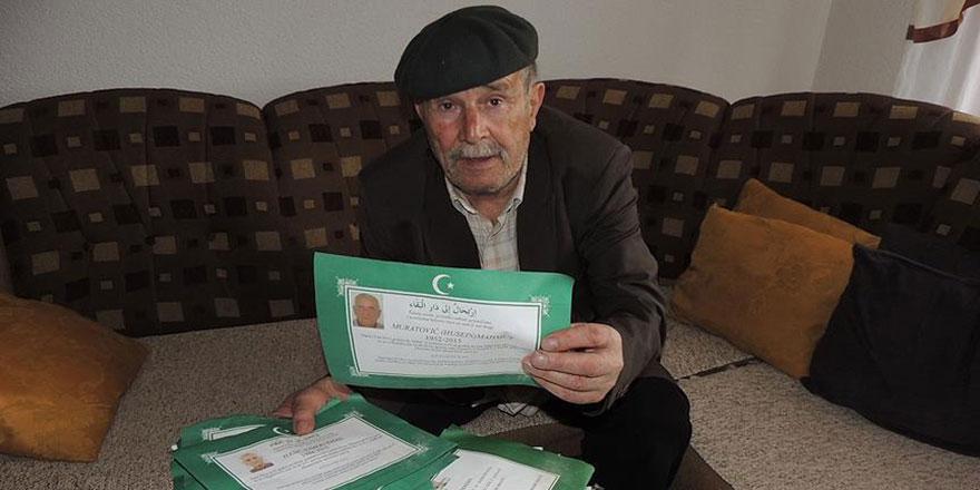 Sokakta topladığı ölüm ilanlarına Kur'an okuyor