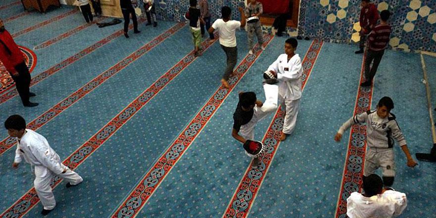 Çocuklara camide tekvando eğitimi