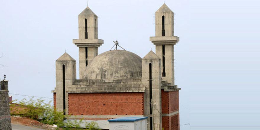 Kiliseye benzetilen cami 12 yıldır tamamlanamıyor, yıkılacak