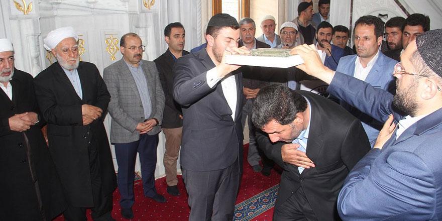 Husumetli aileler Kur'an'ın altından geçti, camide barıştı