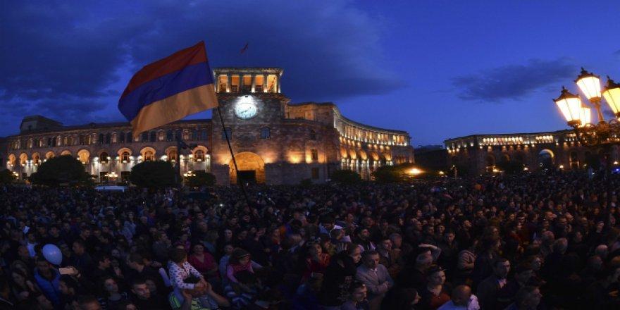 Ermenistan'da istifa sonrası protestolar yerini sevinç gösterilerine bıraktı