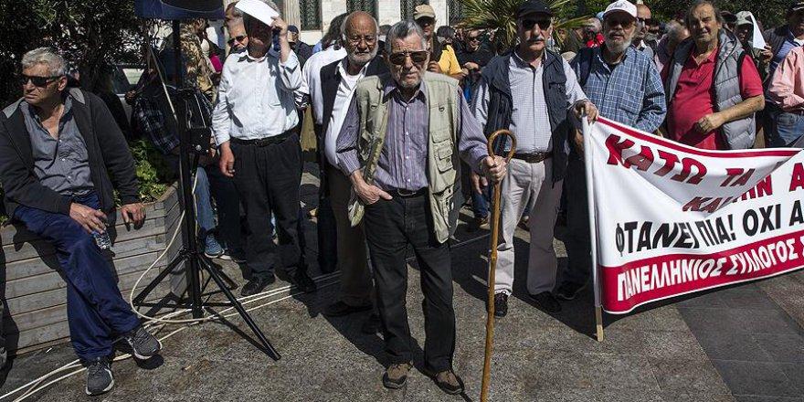 Yunanistan'da emekliler sokaklara döküldü