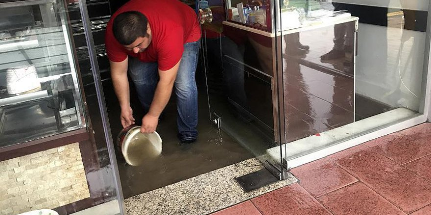 İzmir'de kuvvetli yağış hayatı etkiledi