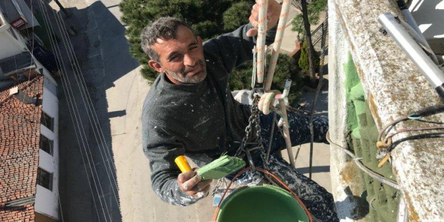 Minare tamir ederek ekmek parası kazanıyor