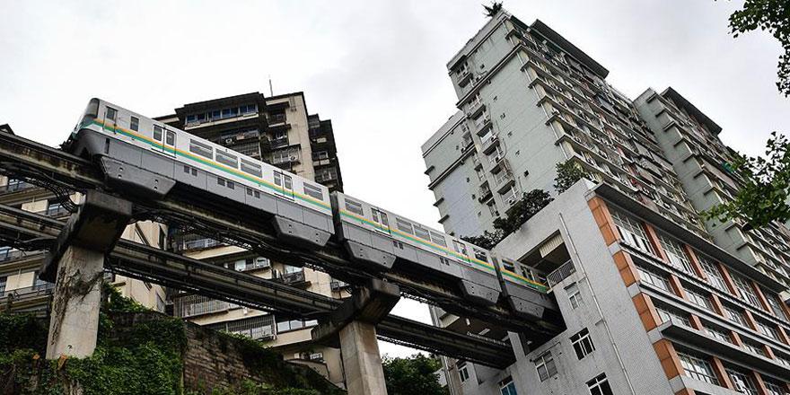Binanın içinden metro geçiyor