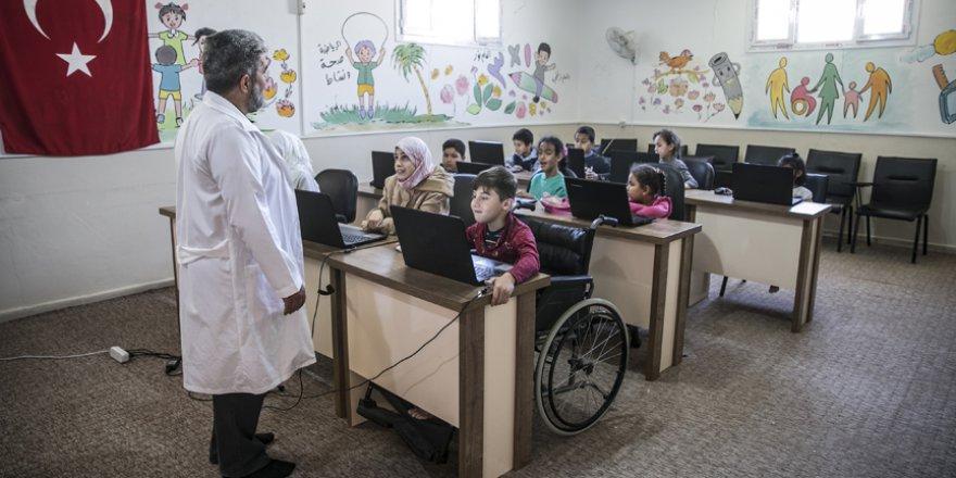İç savaşta engelli kalan profesör, Suriyelilerin yaralarını sarıyor