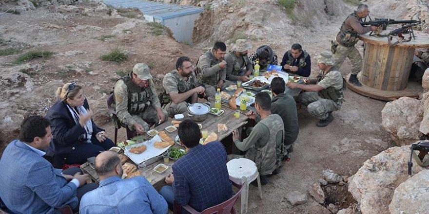 Güvenlik korucuları ilk iftarı dağlarda yaptı